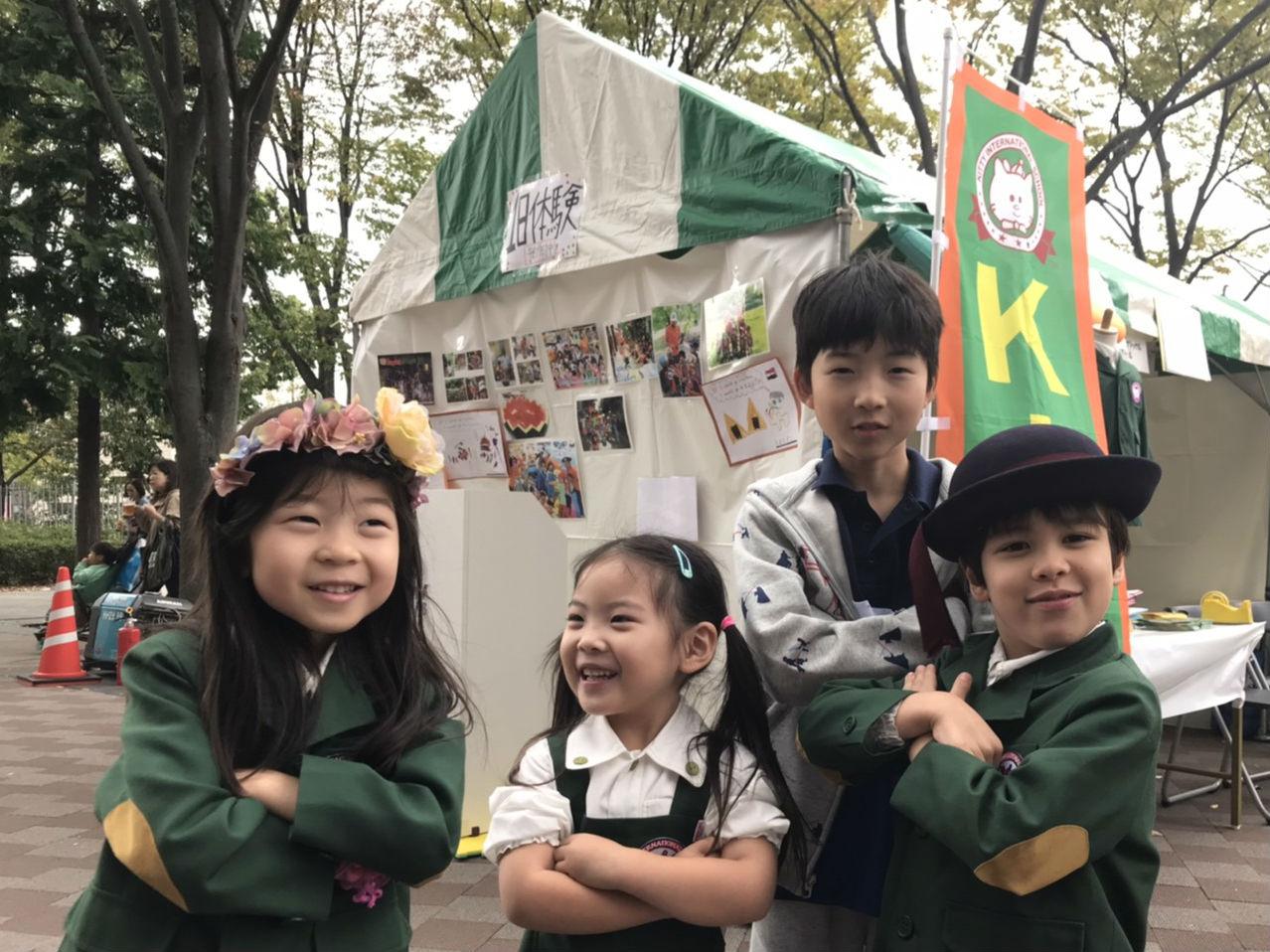 英語幼稚園でスピーチイベントに参加する子ども達